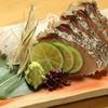 らくだ - 料理写真:岡山の名物料理。さっぱり、そして炙った香ばしさが味のアクセントになった『鰆の塩タタキ』
