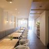 フランス料理 サンク - 内観写真:木の温もり溢れる店内