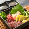 炭火焼き 煙 - 料理写真:朝引き鶏のお刺身も大人気♪新鮮な一皿をどうぞ!!