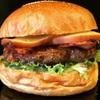 バーガーショップホットボックス - 料理写真:燻製の香りが広がり濃厚になったチーズとベーコンの相性が抜群!自家製スモークチーズベーコンバーガー