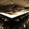 北○ - 内観写真:眼前にライブ感あふれる料理人の調理シーンが展開するオープンキッチンカウンター(25席)