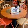 広島県府中市アンテナショップNEKI - 内観写真:店内の椅子は府中家具メーカーが製造