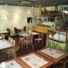 ベトナムちゃん - 内観写真:清潔感がある店内は明るく南国のようなムード満点。