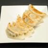 永利 - 料理写真:自家製餃子(6個)