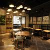 パパイヤリーフ - 内観写真:店の中央部、天井が高く店のシンボルである照明がアジアの象徴