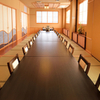 伊くま - 内観写真:温もりを大切に設えられた、大人数にも対応できる和室