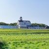 シャトーレストラン ナパ・バレー - 外観写真:ぶどう畑の中に建つお城のような複合施設