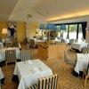 箱根ハイランドホテル ラ・フォーレ - 内観写真:モダンフレンチカラー「ゴールドと濃紺」で誂えた店内。