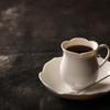 椿サロン - ドリンク写真:椿(侘助)を形取った品のあるコーヒーカップ