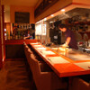 和肴 鉄板 アキラ - 内観写真:カウンターからは料理歴34年の歴史をもつ料理長の手さばきや、鉄板料理の音や香りを楽しめます。