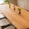 Vinefru TOKYO - 内観写真:店主お気に入り 樹齢200年の桜の一枚板テーブル