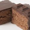 Q-pot CAFE. - 料理写真:チョコスポンジにチョコムース、仕上げにたっぷりとチョコレートをかけた、チョコ好きにはたまらない逸品。 ムースの中の入っている刻んだオレンジピールがアクセント。 Q-pot.オリジナルのチョコレートを贅沢に添えて。