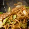 鉄板屋燈 - 料理写真:じゅうじゅうと音を立てるソースの香ばしさが食欲をそそる『ミックス焼きそば』