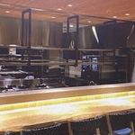 広々とした厨房を眺めながら本格和食が楽しめる