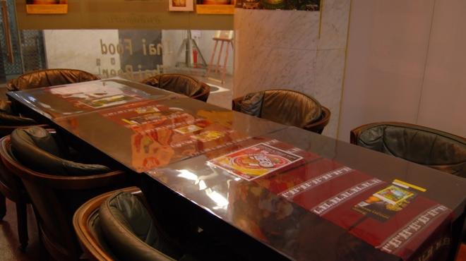 タイ料理専門店 TAI THAI - 内観写真:6名~8名様までソファー席での個室宴会