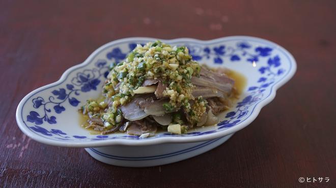 香辣里 - 料理写真:自家製ラッキョウの漬物とハーブのオーストラリア産ヤギ肉