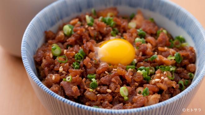 晩鶏 - 料理写真:自家製やきとりのタレと黄身がポイント『そぼろ丼』