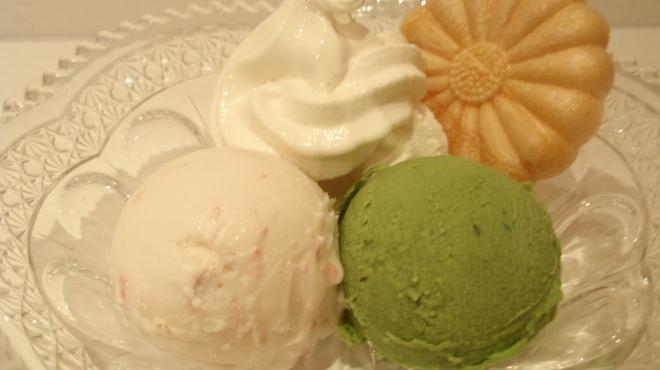 菊丸 - 料理写真:3色アイス(桜、よもぎ)¥660