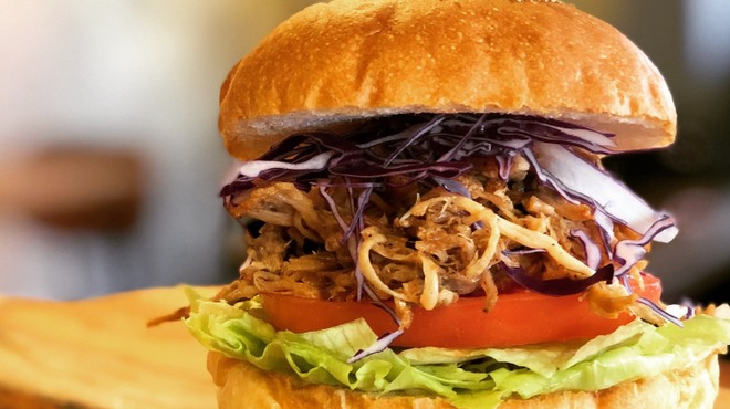 バーガーショップホットボックス - 料理写真:肉肉しいBBQプルドポークバーガー