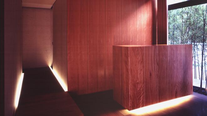 日本料理 僖成 - 内観写真:玄関をくぐるとシックな内装が広がります