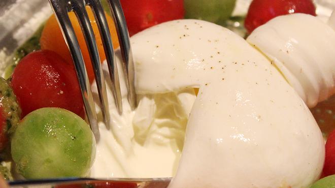 ヴィアブレラ - 料理写真:ブッラータチーズのカプレーゼ¥2,640