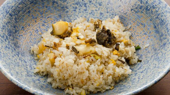 定谷 - 料理写真:〆は贅沢に鮑炒飯