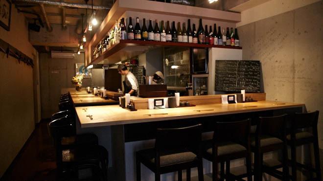 炭とワインと日本酒 イルフェソワフ - メイン写真:カウンター