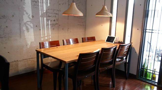 炭とワインと日本酒 イルフェソワフ - メイン写真:テーブル