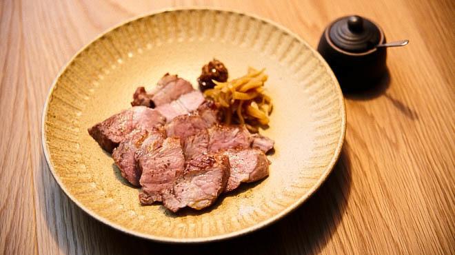 炭とワインと日本酒 イルフェソワフ - メイン写真:豚料理
