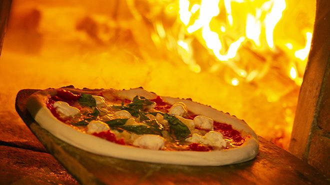 ラ・バラッカ - メイン写真:まき窯で焼き上げるナポリピッツァ