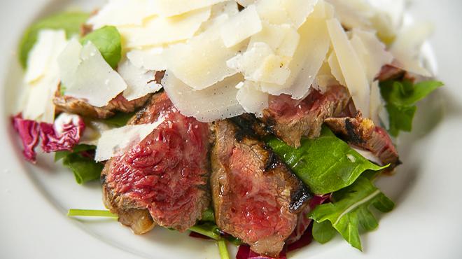 ラ・バラッカ - メイン写真:甲州ワインビーフランプ肉のグリル薄切り_ルッコラ_グラナパダーノチーズ添え