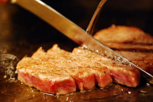 OSAKA きっちん - 料理写真:柔らかい赤身の中にきめ細やかな霜降りの特選牛ステーキ