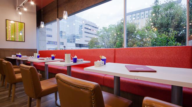 カフェ青山 - メイン写真:窓側テーブル