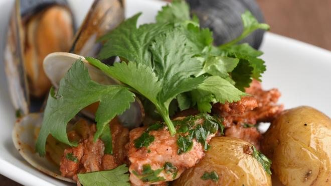 Por Ta Vinho IZARRA  - 料理写真:コリアンダーの風味豊かな『イベリコ豚と仔羊タン ムール貝のアレンテージョ風イザラスタイル