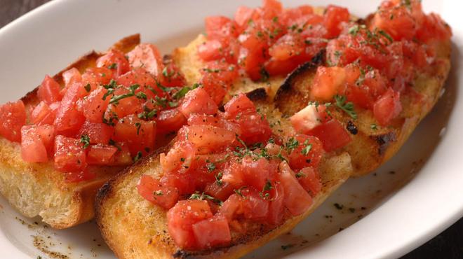 ベルジアン ブラッスリーコート リエージュ=ギユマン - 料理写真:【ガーリックトースト】ガーリックバターたっぷりのトーストをフレッシュなトマトと共に。