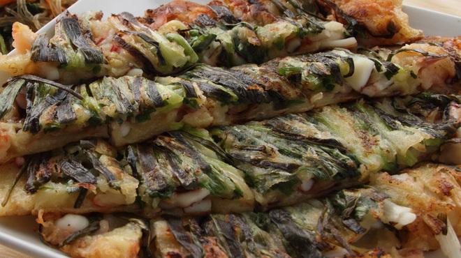 明洞純豆腐 - 料理写真:素材にこだわった具沢山な厚焼き海鮮チヂミ!有名グルメブロガー多数が大絶賛!サイドメニューの中でダントツ人気NO.1。