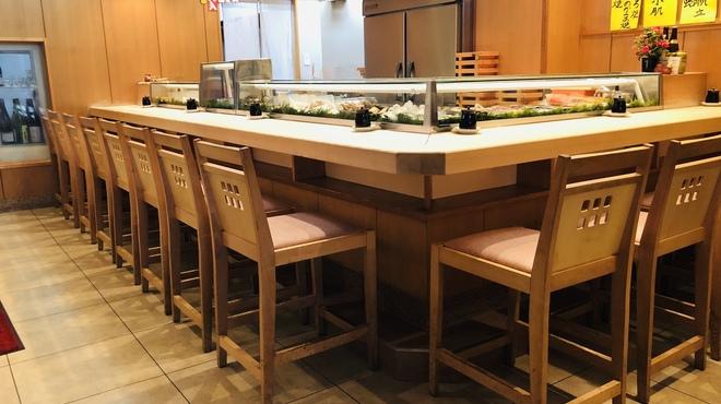 勇寿司本店 - 内観写真:重圧な檜の1枚板のカウンター13席