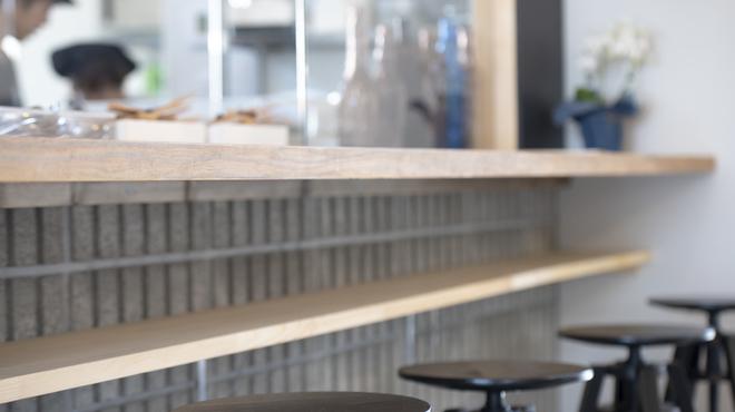 ベジッポ食堂 - 内観写真:オープンキッチンが見えるカウンター席