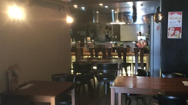 肉バル ユッケン - 内観写真:カウンター4席、テーブル16席