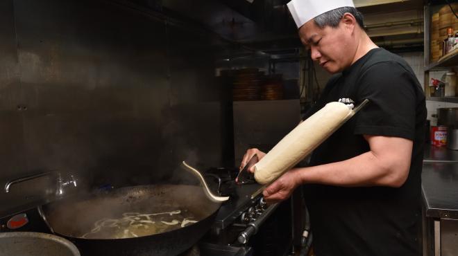 味覚 - メイン写真:刀削麺 削りカット