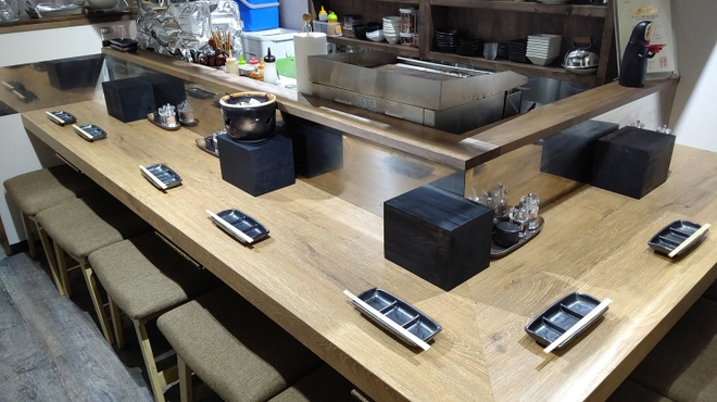 塩ホルモンさとう - 内観写真:カウンターではお客さん同士が和気あいあいと会話が楽しい。
