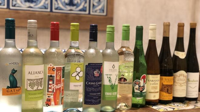 マヌエル マリシュケイラ - ドリンク写真:ヴィーニョヴェルデというポルトガルでは有名な緑のワインを当店ではグラスで日本一の品揃えを誇ります!