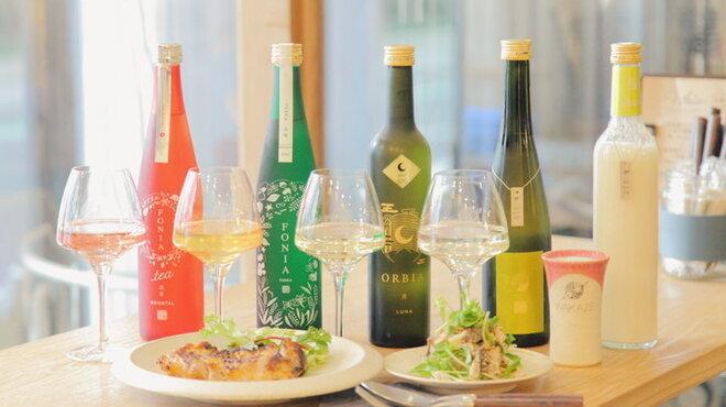ウィム サケ アンド タパス - ドリンク写真:様々なボタニカルと醸したFONIA&ワイン樽熟成日本酒ORBIA