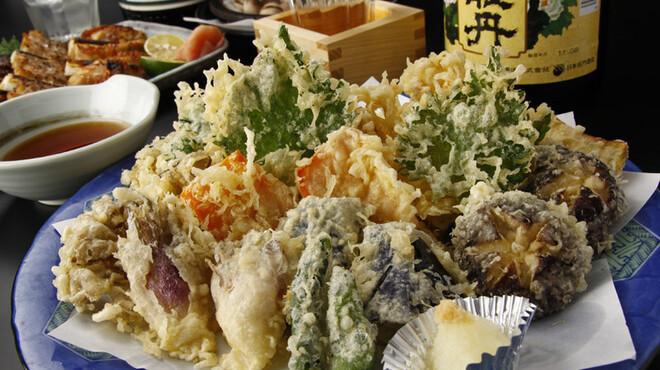 たこ安 - 料理写真:野菜天ぷら☆このボリュームで880円!御注文を頂いてから野菜を切るなど、確かな味をそのままお届け!
