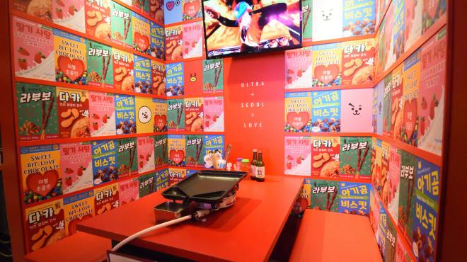 大阪梅田・韓国焼肉 テバクチキン ウルトラソウル - メイン写真:内観全景 奥