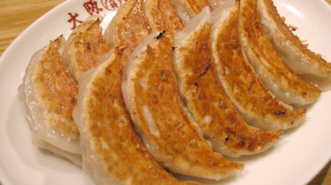 大阪王将 - 料理写真:元祖焼餃子(1人前6個)240円 ひとつひとつお店で巻いています。