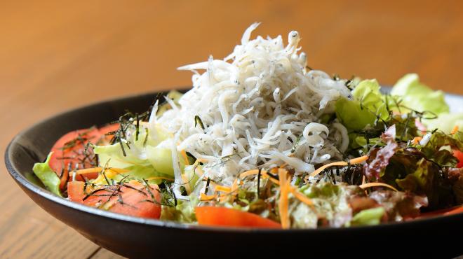 季節料理と静岡おでん しんば - メイン写真:しらすサラダ