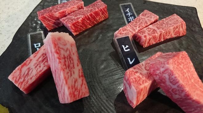 焼肉ひび屋 - 料理写真:赤身肉の四種盛3800円