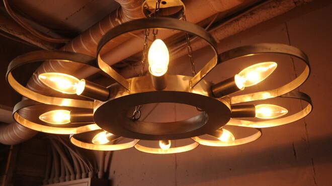 mols - 内観写真:鍛冶屋さんが作った鉄ライト