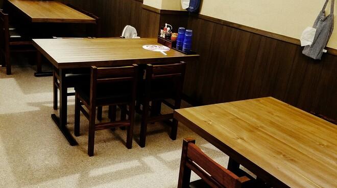 麺匠 藩次郎 - 内観写真:テーブル席